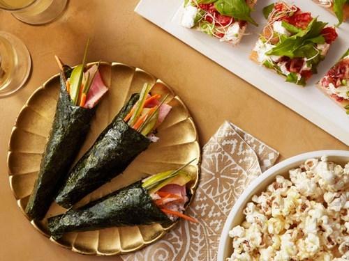 Фото Роллы тэмакидзуси (конусы) с тунцом и острым соусом