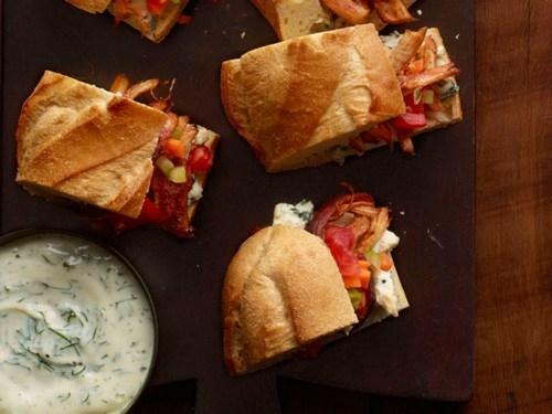 Фото Сэндвичи с тушеной курицей в соусе буффало с соусом ранч