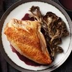 Жареные куриные грудки с грибами и соусом на красном вине