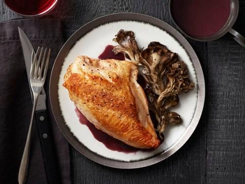 Фото Жареные куриные грудки с грибами и соусом на красном вине