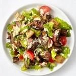 Теплый салат с говядиной и маринованным перцем горошком