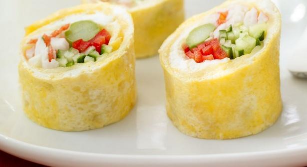 Яичные рулеты с сыром, крабовыми палочками и овощами