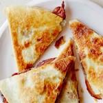 Кесадильи с беконом, финиками и сыром манчего