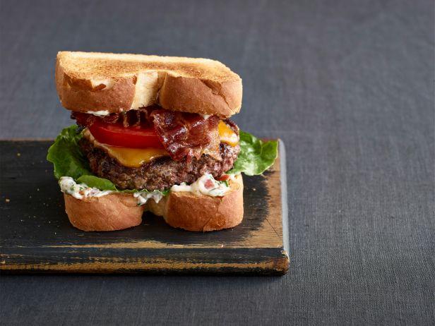 Классические сэндвичи с котлетой, соусом и беконом