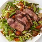 Салат с жареной говядиной и овощами