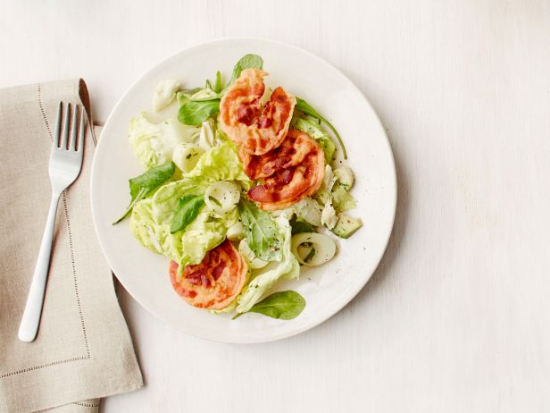 Фото Крабовый салат с авокадо и жареной панчеттой