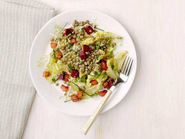 Теплый салат с чечевицей, свеклой и беконом