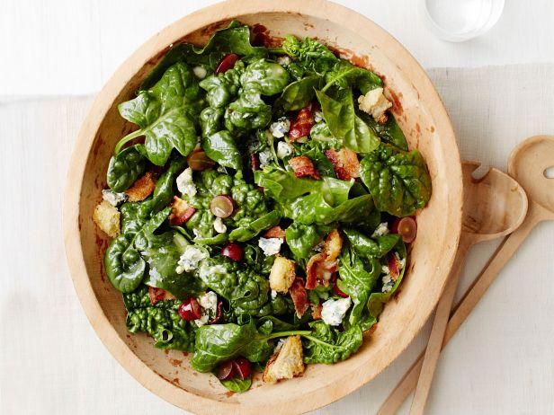 Салат из шпината с теплой беконной заправкой