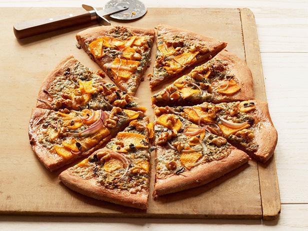 Пицца с мускатной тыквой и сыром горгонзола
