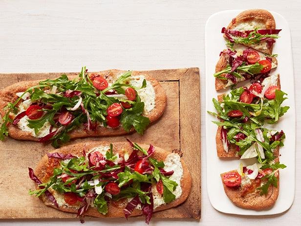 Пицца с салатом триколор