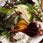 Салат со свеклой, яблоками и козьим сыром