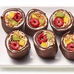 Рулетики из шоколадных крепов с фруктовой начинкой