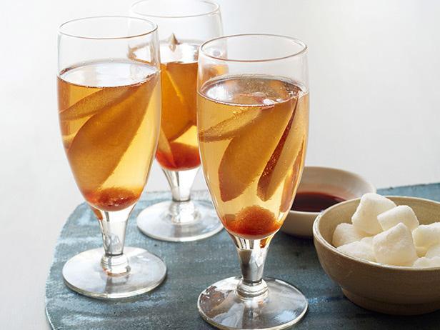 Коктейль из шампанского с грушей и бренди