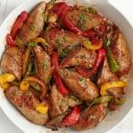 Жареные колбаски из индейки со сладким перцем