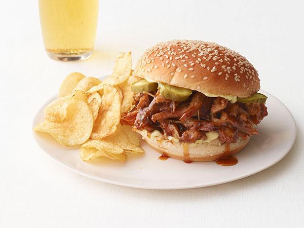 Сэндвичи со свининой по-кажунски, тушеной в мультиварке