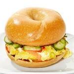 Бейгл-сэндвичи с острым омлетом и копченым лососем