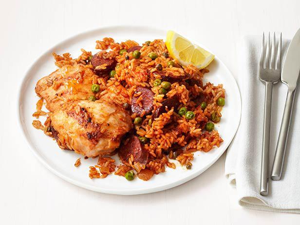 Рис с курицей и колбасой чоризо, приготовленные в сковороде