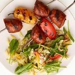 Кебаб с колбасками-гриль и салатом из макарон