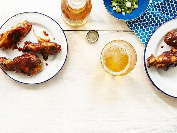 Копченые куриные крылья с острой глазурью из меда и тамаринда