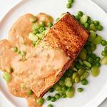Запеченный лосось с томатно-сливочным соусом