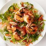 Салат с рисовой лапшой и креветками-гриль