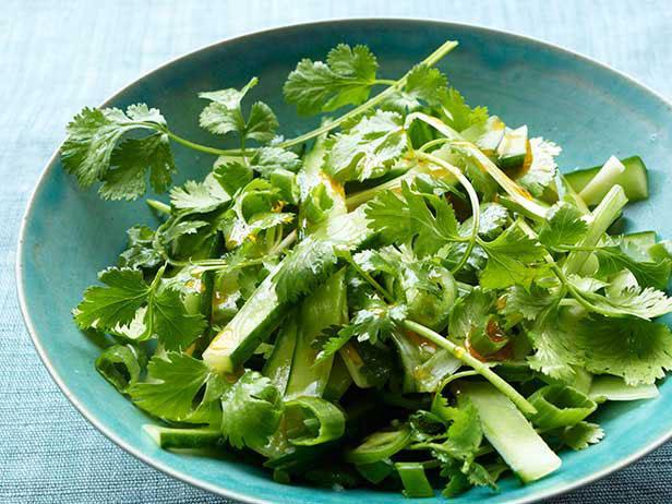 Острый салат с кинзой и зеленым луком