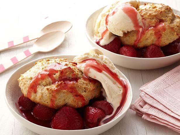 Десерт «Клубничное сандэ» с печеньем