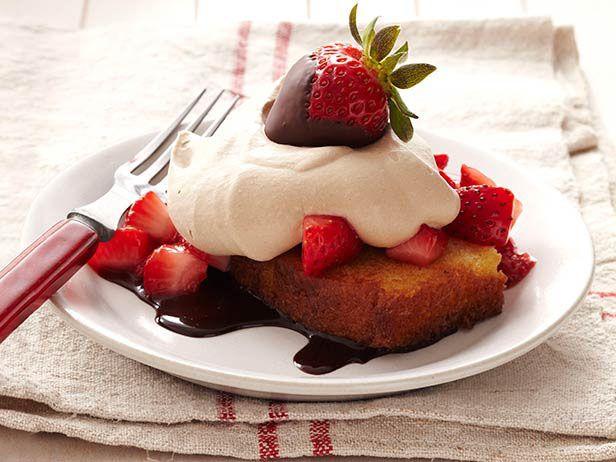 Фото Обжаренный кекс с клубникой и шоколадным кремом