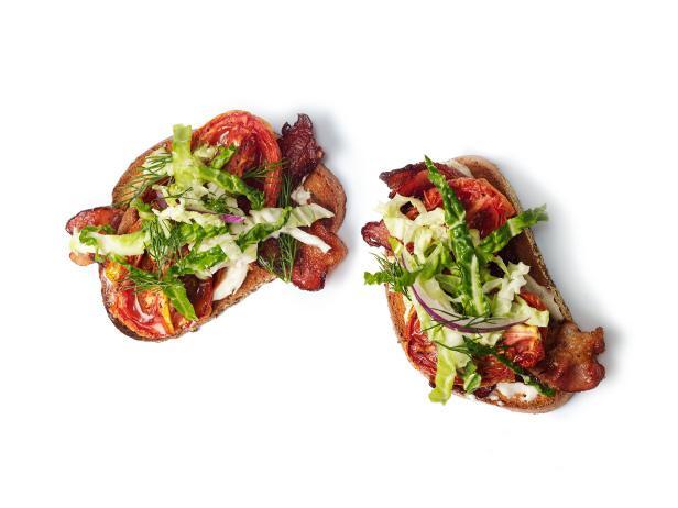 Открытые сэндвичи с печеными помидорами