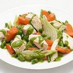 Отварная курица с овощами и чесночно-травяным соусом
