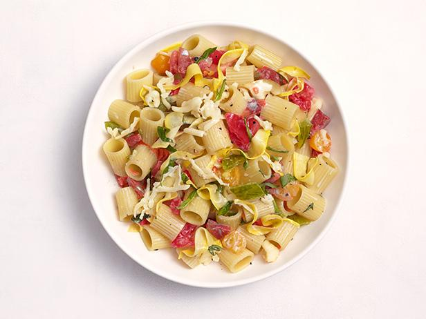 Теплый салат из макарон с кабачками и томатами