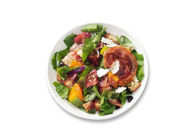 Хлебный салат с панчеттой, рукколой и томатами