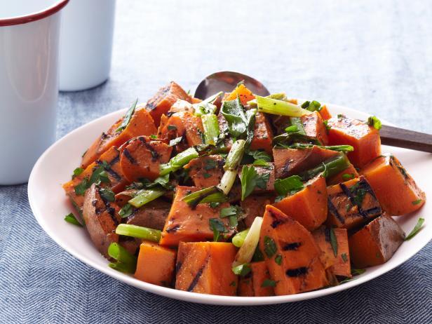 Гриль-салат со сладким картофелем и зеленым луком