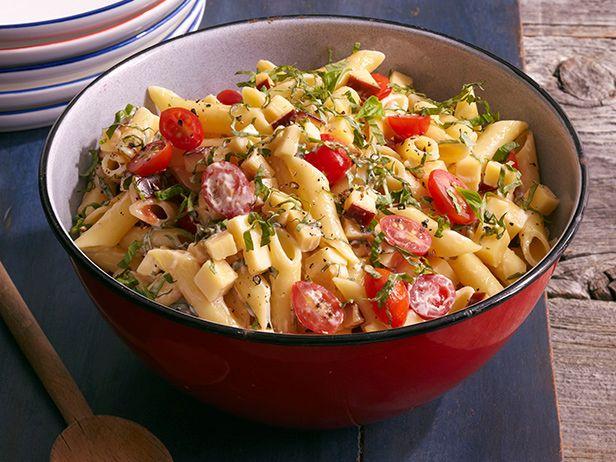 Острый салат с макаронами, копченой гаудой, помидорами и базиликом