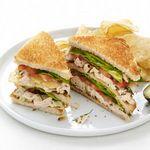 Клубный сэндвич с курицей, салатом и чипсами