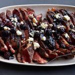 Стейки рибай с винно-ягодным соусом и голубым сыром