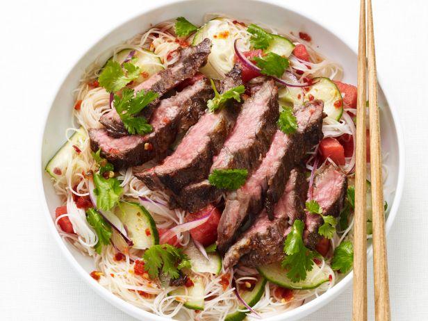 Тайский салат с лапшой и говядиной