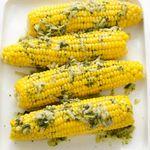 Кукуруза в початках со сливочным маслом и базиликом