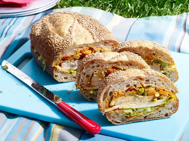 Фото Сэндвичи с жареной индейкой, маринованной в пиве, и соусом песто из красного перца