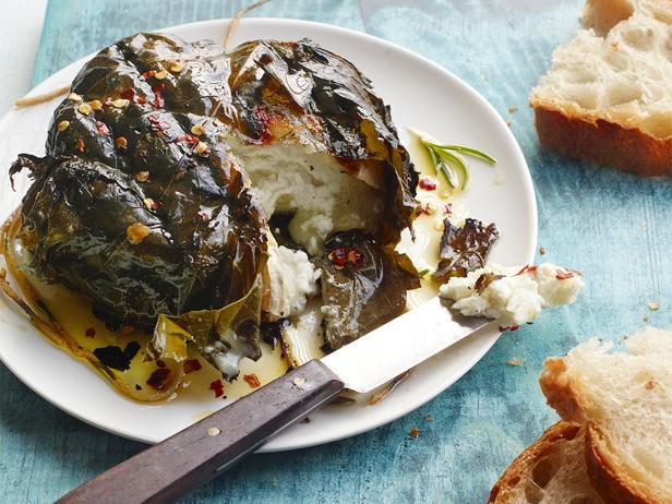 Козий сыр в виноградных листьях на гриле