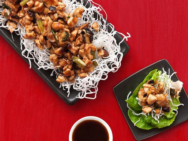Фото Стир-фрай с курицей, овощами, стеклянной лапшой и салатом-латуком
