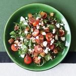 Салат с форелью, руколой и сыром