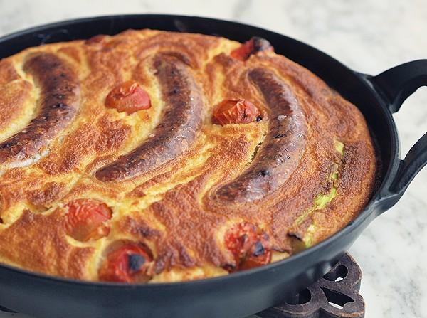 Фото Запеканка с колбасками и луковым соусом