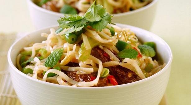 Теплый салат с рисовой лапшой