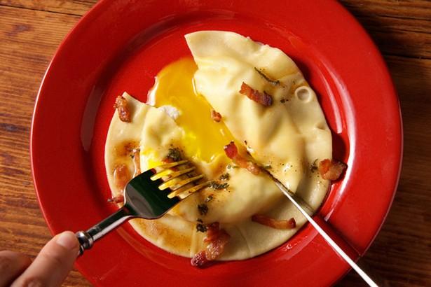 Фото Итальянские равиоли с яичным желтком (Uova da Raviolo)