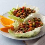 Куриные грудки по-китайски на листьях салата