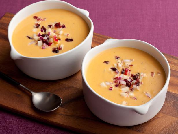 Тыквенный суп пюре со сливками и яблочно-клюквенной заправкой