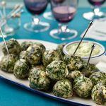 Куриные шарики «Спанакопита» с пикантными огурчиками и йогуртовым соусом