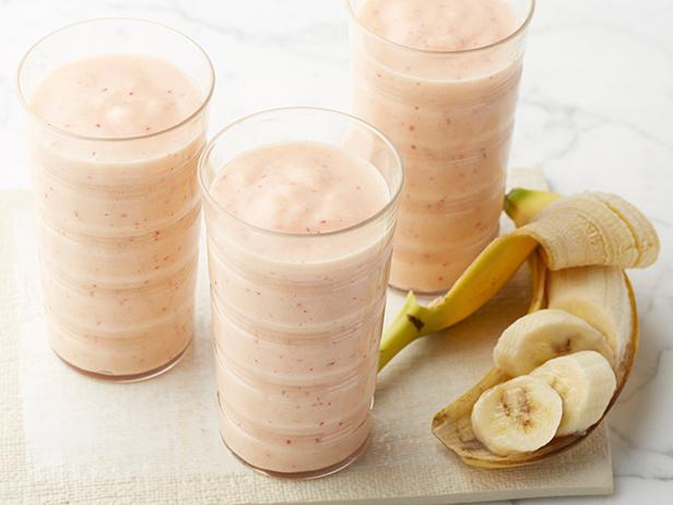 Смузи из замороженной клубники, персиков и банана