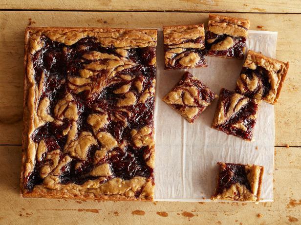 Пирожные «Блонди» с арахисовой пастой и фруктовым джемом